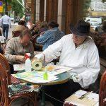 Kimmo Pulli maalaamassa Cafe Ekbergin edessä vuonna 2013, kuva Tua Mylius