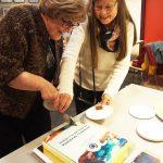 Raija Hallamaa ja aikaisempi puheenjohtaja Kaisa-Leena Kaarlonen leikkaavat kakkua