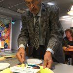 kunniapuheenjohtaja Antti Lassila leikkaa kakkua_kuva Ulf Nyman